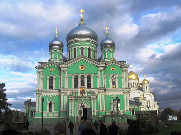catedrala-sfintei-treimi-diveevo-aici-sunt-moastele-sf-serafim